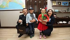 Antalya'da Çocuklar Emniyet Müdürünü Ziyaret Ederek 10 Nisan Polis Günü'nü Kutladı