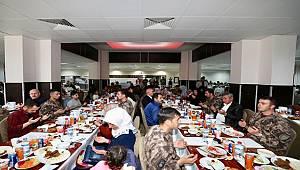 Emniyet Genel Müdürümüz Sayın Celal Uzunkaya'nın katılımlarıyla bugün Özel Harekat Başkanlığında şehit aileleri için iftar yemeği düzenlendi.