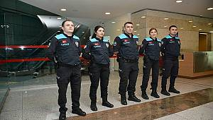 Pasaport Polisleri Artık Yolcuları Turkuaz Renkli Turkey Yazılı Yeleklerle Karşılıyor