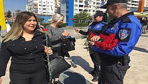 Antalya Polisi Dünya Kadınlar Günü Münasebetiyle Kadınlara Çiçek Verdi