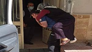 Tokat'ta, Ayağı Kırılan 65 Yaşındaki Saadet Çubukludere'yi Polisler Sırtında Hastaneye Taşıdı