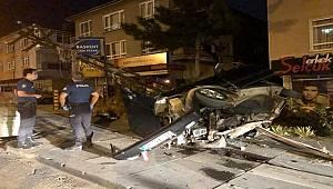 Ankara'da elektrik direğine otomobil çarptı: 2 yaralı