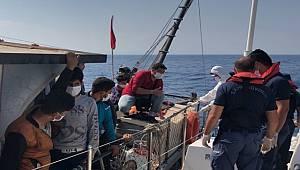 Mersin Açıklarında 90 Düzensiz Göçmen ve 3 Göçmen Kaçakçısı Şüphelisi Yakalanmıştır