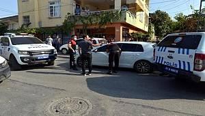 Seyhan'da Çalışır haldeki otomobilin içinde elinde tabancayla uyuyan şahısa, polis camı kırarak müdahale etti