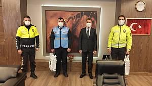 Banka Önünde Para Bulan Trafik Şube Ekiplerini İl Emniyet Müdürü Zeybek Ödüllendirdi