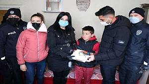 Yozgat'ta öğrencinin tablet isteğini polisler karşıladı