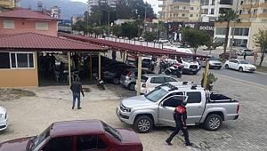 Anamur'da oto galeriye düzenlenen silahlı saldırıda 2 kişi yaralanırken 1 kişi hayatını kaybetti