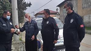 Belediye Zabıta ekipleri yolda bulduğu cüzdanı sahibine teslim etti