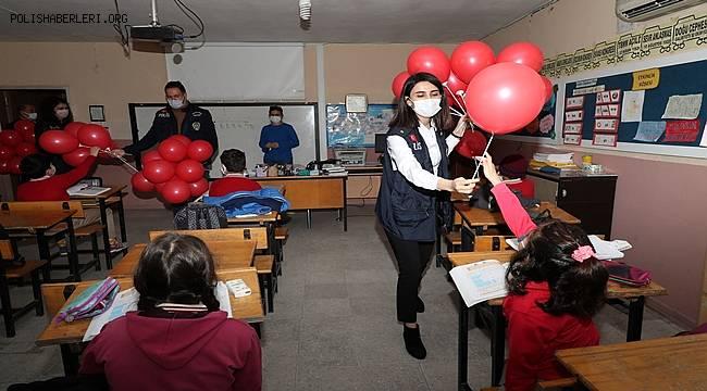 Mersin Polisi Okullarda Öğrencilere Balon Hediye etti