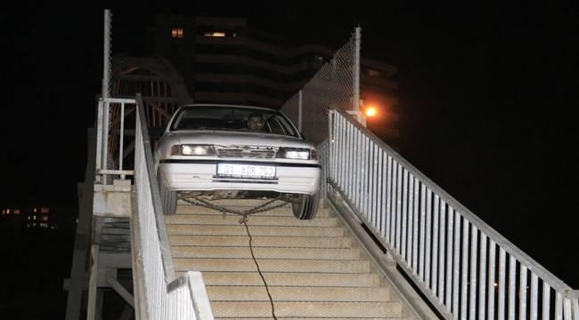 Adana'da yaya üst geçidinden geçmeye çalışan otomobil korkuluklara sıkıştı