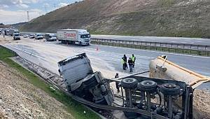 Başakşehir'de hafriyat kamyonu otoyola devrildi