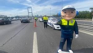 15 Temmuz Şehitler Köprüsü'nde sürücülere trafik haftası hediyesi
