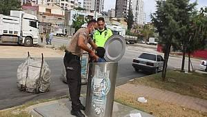 Adana'da yer altı çöp konteynerine düşen çocuğu bekçi ve polisler kurtardı