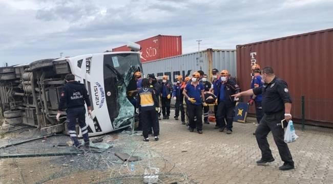 Bursa'da servis midibüsünün devrilmesi sonucu 1 kadın hayatını kaybetti 20 kişi yaralandı