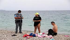 Konyaaltı Sahilinde Polisten pasaport ve kimlik kontrolü
