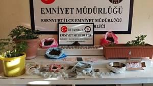Küçükçekmece'de düzenlenen uyuşturucu operasyonunda evin her yerinden uyuşturucu çıktı