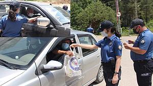 Mersin Polisi Uygulama Noktalarında Sürücülere Hijyen Seti Hediye Etti