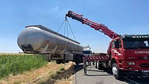 Şanlıurfa Mardin karayolunda Yakıt Tankeri şarampole devrildi