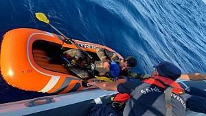 Lastik botta mahsur kalan göçmen kurtarıldı