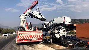 Yakıt tankeri tıra çarptı, sıfır kilometre araçlar hasar gördü