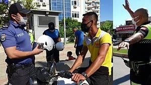 Adana'da Motosiklet Sürücülerine Ceza yerine Kask Hediye edildi