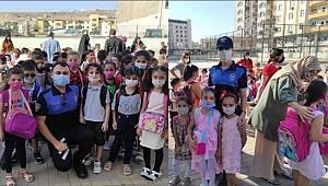 Cizre'de polis ekipleri ders başı yapan öğrencilerin heyecanını paylaştı