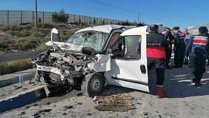 Eskişehir'de, kamyonete çarpan hafif ticari araçtaki 2 kişi hayatını kaybetti