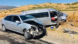 Gaziantep'te hafif ticari araç ile otomobil çarpıştı 5 kişi yaralandı