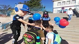 Şırnak'ta polis ekipleri öğrenci ve velileri salgın tedbirlerine yönelik bilgilendirdi