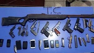Uyuşturucu baskınında silah ve bıçak yakalandı