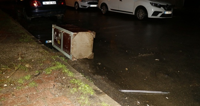 Hırsızlar çaldıkları para kasasını polisi görünce yol kenarına atıp kaçtı