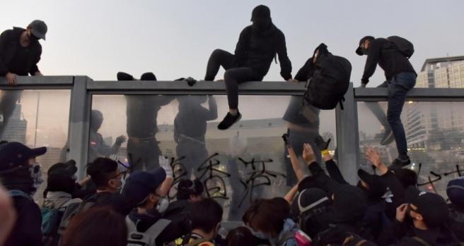 Hong Kong'da polisten göstericilere göz yaşartıcı gazla müdahale