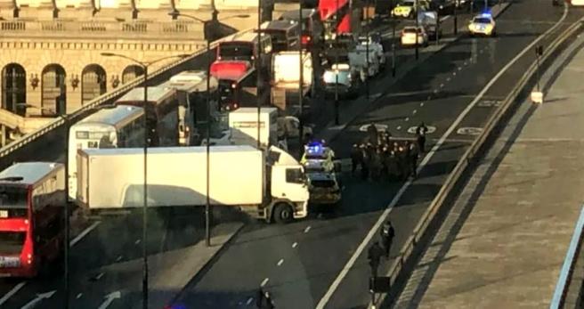Londra Köprüsü'nde bıçaklı kavga, polis saldırganı vurarak yakaladı - Haber