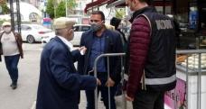85 yaşındaki vatandaş bankaya giderken polise yakalandı