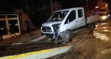 Arnavutköy'de otomobil kontrolden çıktı: 1'i polis, 2 yaralı