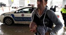 Dili boğazına kaçan bebeği hastaneye trafik polisleri yetiştirdi - Haberler