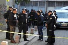 İki ev arkadaşını boğazından bıçaklayıp polise teslim oldu - Haberler