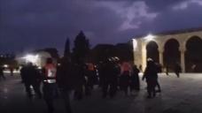İsrail polisi Mescid-i Aksa'da cemaate saldırdı