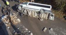 Özel Harekat polislerini taşıyan minibüs şarampole yuvarlandı: 3 yaralı