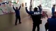 Polis memurunun down sendromlu öğrenciyle zeybek oynaması ilgi çekti - Haberler