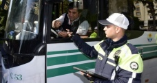 Polis yolcu kılığına girip kurallara uymayan şoförlere ceza kesti